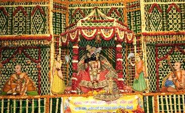 Banke Bihari Mandir, hotels near banke bihari temple, iskcon temple vrindavan, vrindavan temple list, delhi to vrindavan bus service volvo